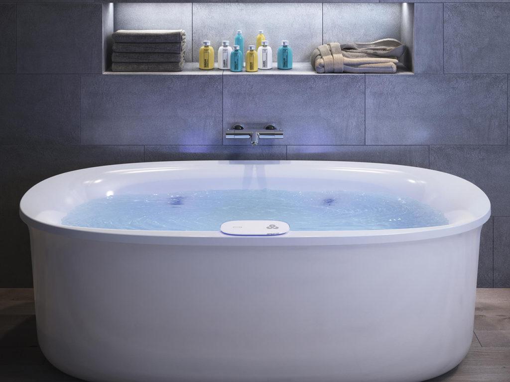 jacuzzi arga velika z vrtinncem vode v kopalnici