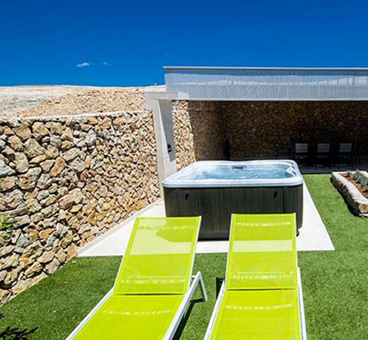 Jacuzzi Lodge L na terasi z razgledom