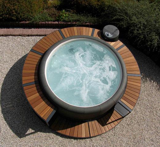 jacuzzi Softub Legend na terasi z zunanjo oblogo iz lesa